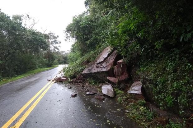 Queda de barreira deixa trânsito em uma pista na 448, em Nova Roma do Sul DAER / Divulgação /Divulgação