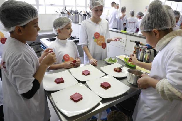 """Projeto """"Nonno Mio - Ensina-me a Ser Chef"""" apresenta estudantes ao universo da cozinha, em Gramado Cleiton Thiele/SerraPress"""