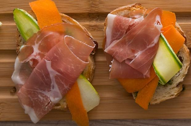 Na cozinha: pesto, cenoura, abobrinha e parma, tudo junto nessa deliciosa bruschetta Sadia / Divulgação/Divulgação