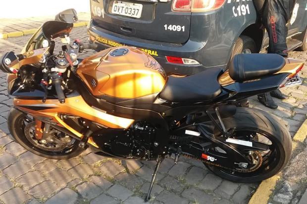 Motociclista é multado em mais de R$ 15 mil após furar barreiras policiais entre Caxias e Picada Café PRF/Divulgação