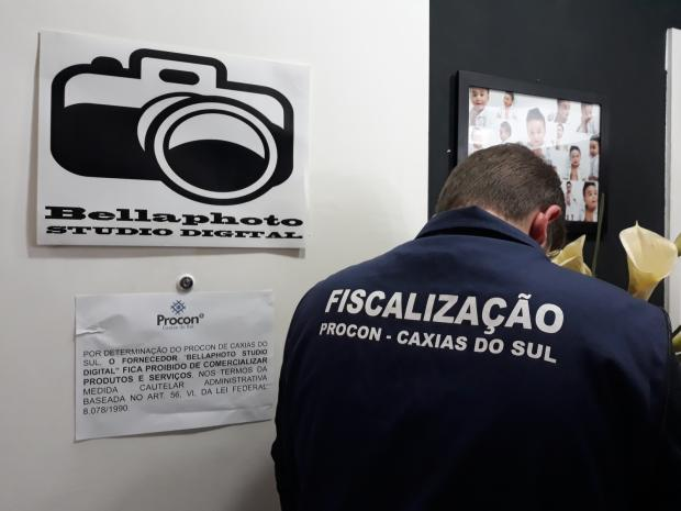 Procon suspende serviços de empresa de fotografias no centro de Caxias /