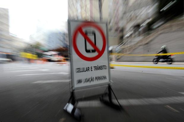 Em Caxias, campanha alerta para os perigos de usar o celular no trânsito Lucas Amorelli/Agencia RBS