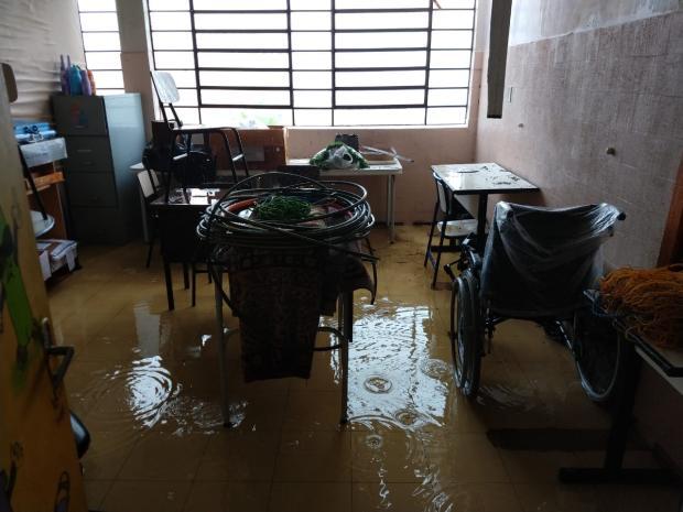 Com cobertura de lona há três meses, escola de Bento Gonçalves fica alagada após temporal Rádio Difusora 890  / Divulgação/Divulgação