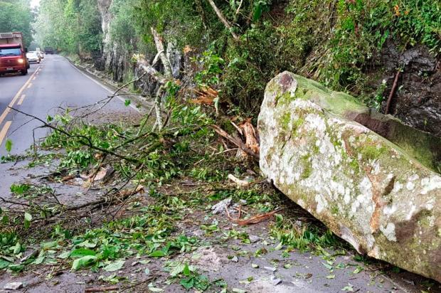 Queda de barreira deixa trânsito em meia pista na BR-470, em Veranópolis PRF / Divulgação/Divulgação