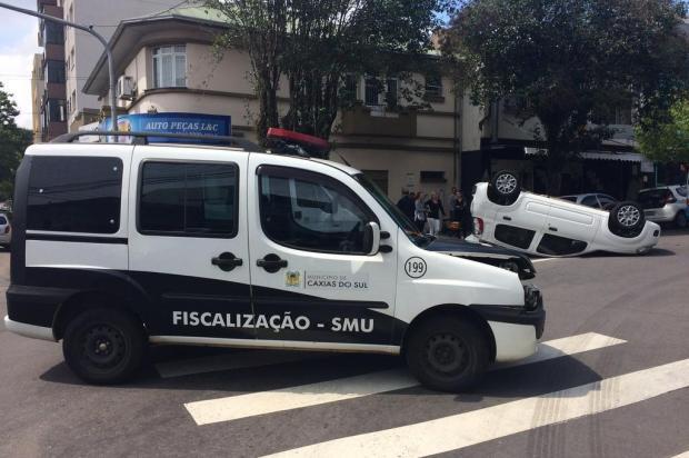 Acidente entre carro da Secretaria do Urbanismo de Caxias e Uno deixa uma pessoa ferida André Fiedler/Divulgação
