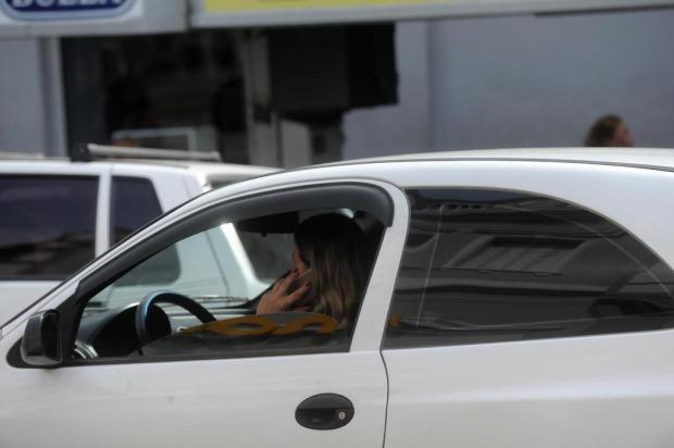 Flagrantes de motoristas falando ao celular são frequentes em Caxias do Sul Lucas Amorelli/Agencia RBS