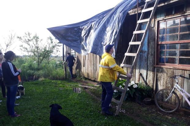 Força-tarefa distribui lonas para cobrir mais de 100 casas destelhadas por vendaval em Vacaria Defesa Civil/Divulgação