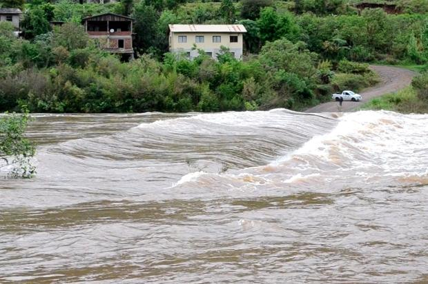 Ponte entre Cotiporã e Bento Gonçalves está submersa em decorrência da chuva Reprodução/