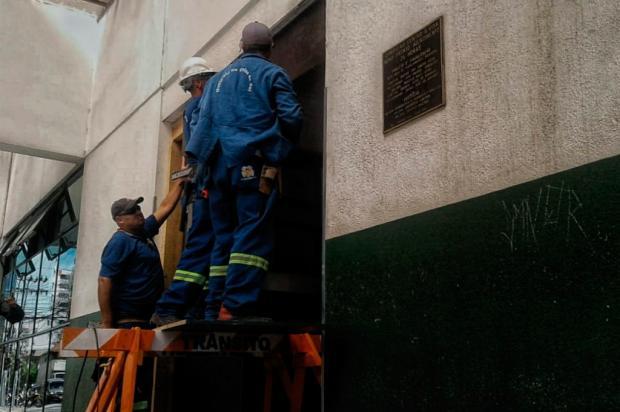 Prefeitura de Caxias cerca Postão 24h com sinalização e instala moldura na entrada do prédio Mateus Frazão / Agência RBS/Agência RBS