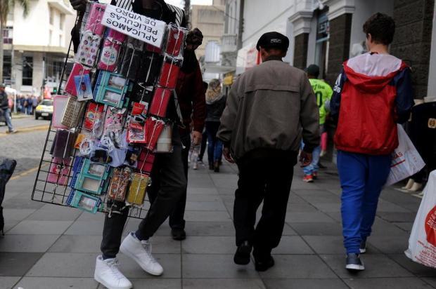 """Comerciantes reclamam da venda ilegal de produtos em Caxias: """"cada vez pior"""" Lucas Amorelli/Agencia RBS"""