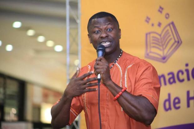 Escritor nigeriano participa de bate-papo com estudantes na Feira do Livro de Caxias do Sul Facebook/Reprodução