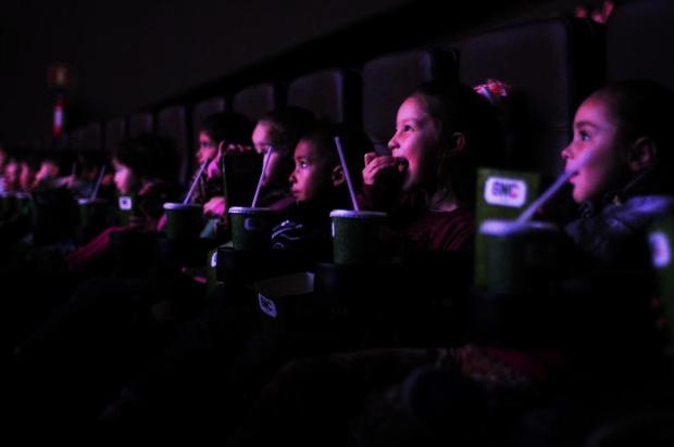 Cerca De 300 Estudantes Assistem A Filme Com Pipoca E