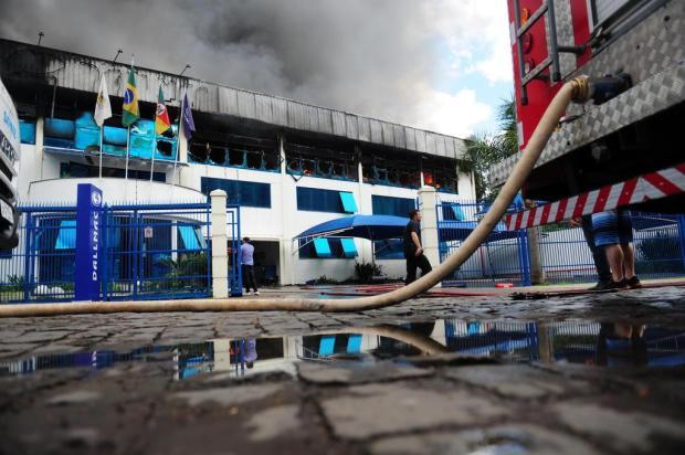 Bombeiros controlam incêndio em empresa de Caxias do Sul Lucas Amorelli/Agencia RBS
