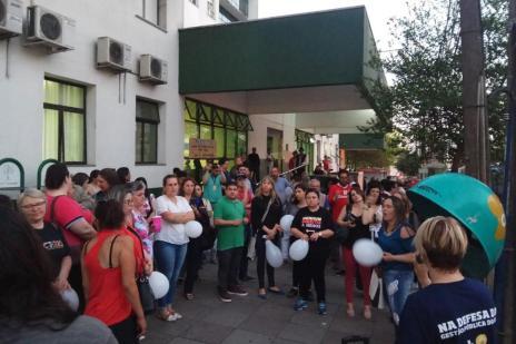 Manifestantes promovem ato em frente ao Postão em Caxias do Sul (Lucas Demeda/Agencia RBS)