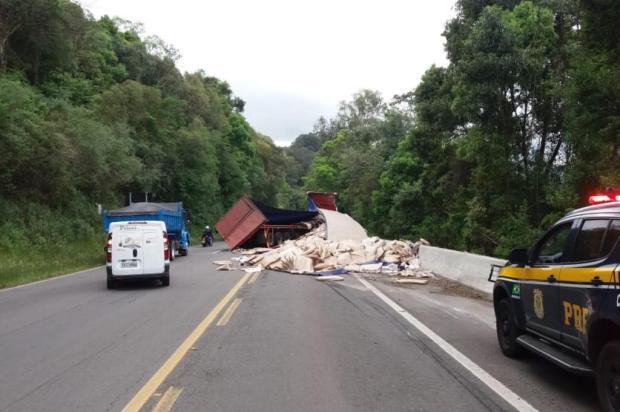Acidente envolvendo caminhão prejudica o trânsito na BR-116, em São Marcos PRF/Divulgação