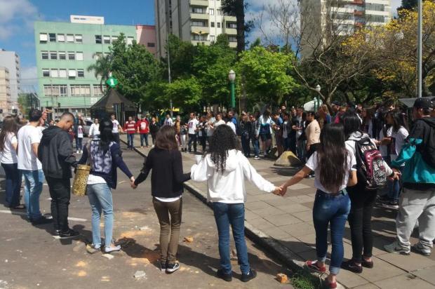 Familiares e amigos de adolescente morto por atropelamento realizam mobilização em Caxias do Sul Marcelo Passarella/Agência RBS