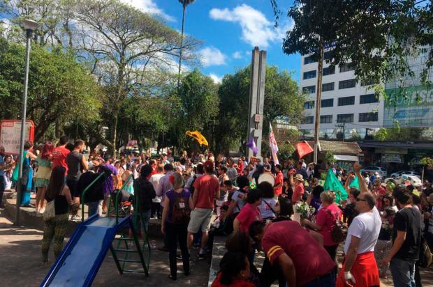 Manifestantes vão às ruas pela paz e democracia em Caxias do Sul Lizie Antonello / Agência RBS/Agência RBS
