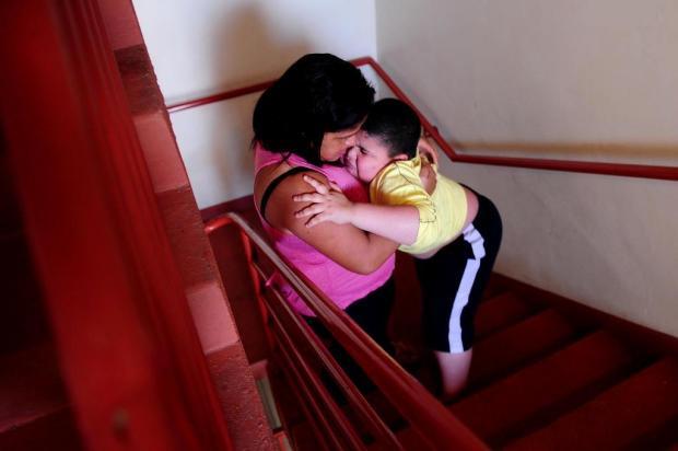 Mãe de menino com doença degenerativa luta para conseguir apartamento no térreo Diogo Sallaberry/Agencia RBS
