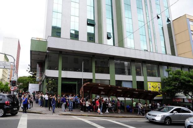 Centenas tentam uma vaga no Feirão de Empregos em Caxias Diogo Sallaberry/Agencia RBS