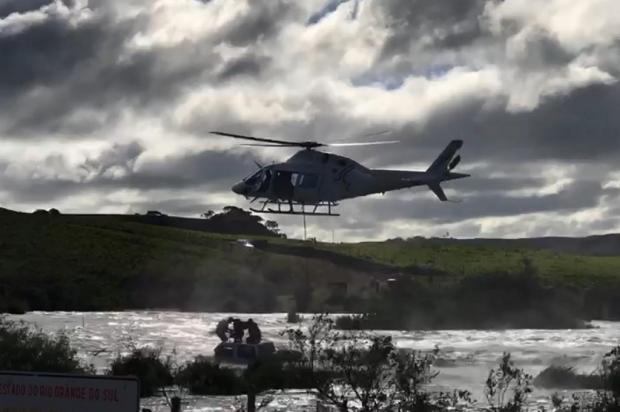 VÍDEO: jipeiros ficam presos na correnteza e são resgatados de helicóptero no Rio Tainhas Divulgação/Brigada Militar