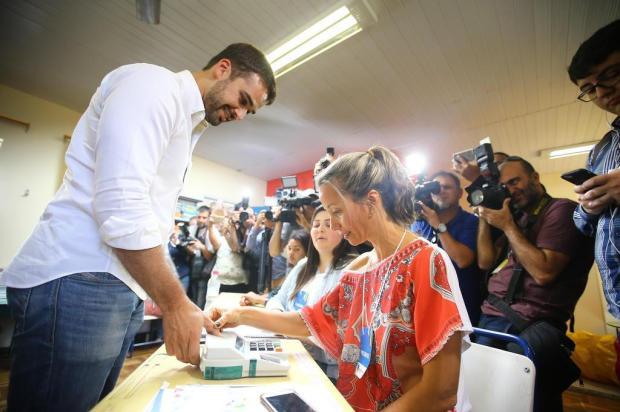 """Eduardo Leite vota em Pelotas e se diz """"confiante"""" Lauro Alves/Agencia RBS"""