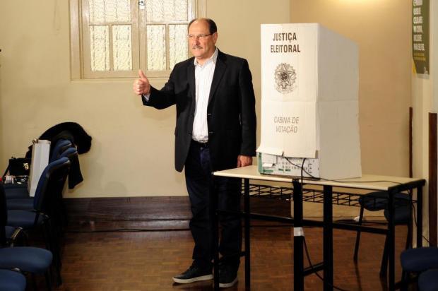 """Sartori vota em Caxias do Sul e diz que """"a melhor pesquisa é o voto na urna"""" Diogo Sallaberry/Agencia RBS"""