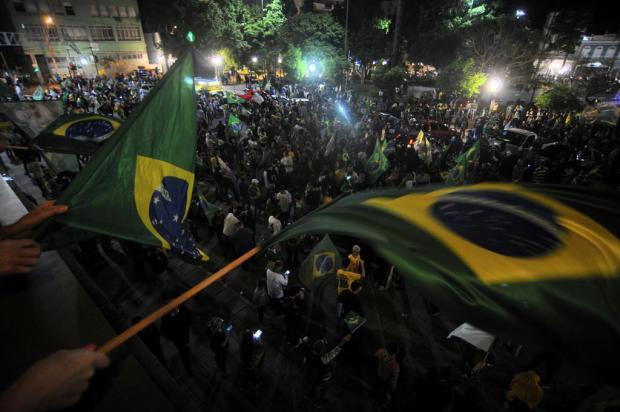 Festa de eleitores de Bolsonaro colore de verde e amarelo a Praça Dante Alighieri, em Caxias do Sul Felipe Nyland/Agencia RBS