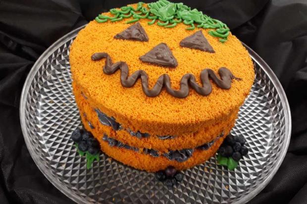 Na cozinha: bolo de cenoura com brigadeiro de mirtilo é a receita ideal para o halloween Senac / Divulgação/Divulgação
