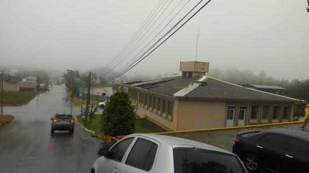 Temporal causa destelhamento de casas e escolas em Flores da Cunha Prefeitura de Flores da Cunha / Divulgação/Divulgação