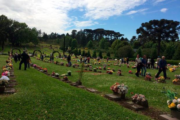 Cemitério Parque tem movimento intenso na manhã deste feriado de Finados em Caxias Lizie Antonello / Agência RBS/Agência RBS