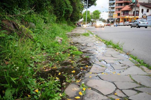 Esgoto escorre de barranco e causa reclamações no bairro São Leopoldo Lucas Amorelli/Agencia RBS
