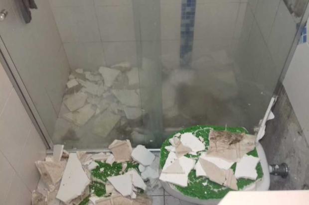 Teto de banheiro de casa no bairro Jardim América desaba com tremor em Caxias Uilson Correa Lima / Divulgação/Divulgação