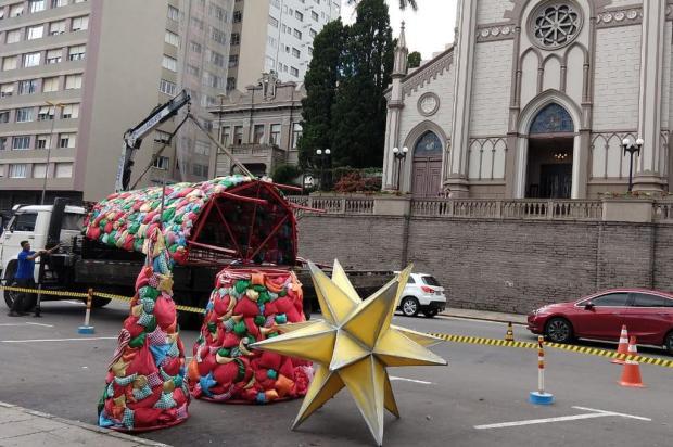 Praça Dante Alighieri começa a receber decoração natalina, em Caxias do Sul Karina Dikel/Divulgação