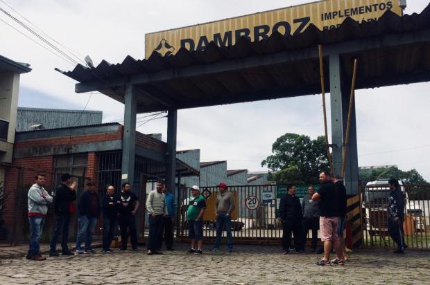 Ex-funcionários da empresa Dambroz protestam por falta de pagamento rescisório em Caxias Mateus Frazão/Agencia RBS