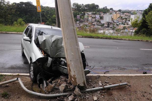 Motorista atinge poste de energia elétrica na Rua Ludovico Cavinato, em Caxias Felipe Nyland/Agencia RBS