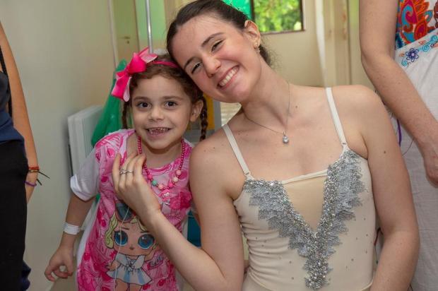Menina com doença rara recebe visita surpresa de bailarina, em Caxias do Sul Carlos Gandara/Divulgação