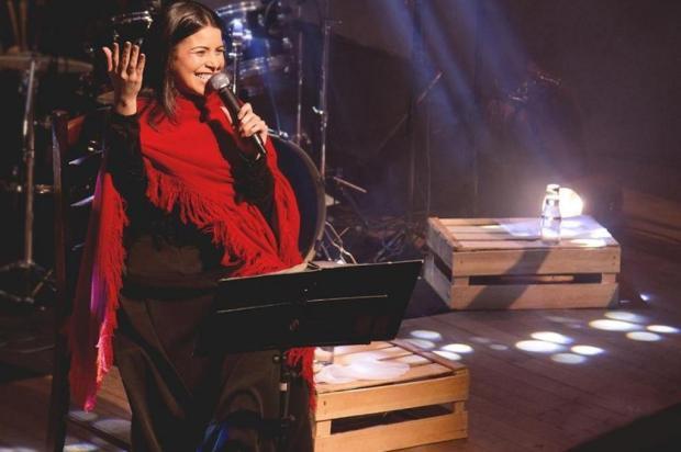 Tatiéli Bueno recebe prêmio de melhor cantora na Capital Divulgação/Facebook