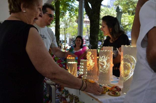 Artesãos comercializam produtos natalinos na Praça Dante Alighieri em Caxias Róger Ruffato/Divulgação