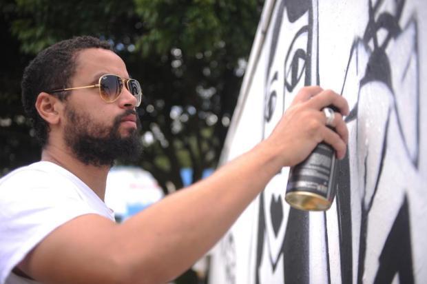 Grafiteiro recifense Derlon é uma das atrações do Instituto SAMbA, novo espaço de Caxias Felipe Nyland/Agencia RBS