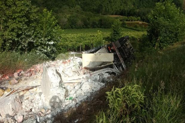 Motorista de caminhão morre após saída de pista na ERS-431 em Bento Gonçalves Grupo Rodoviário de Farroupilha / Divulgação/Divulgação