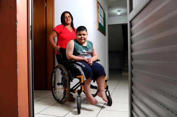 Menino com doença que o impede de caminhar consegue mudança para apartamento térreo Antonio Valiente/Agencia RBS