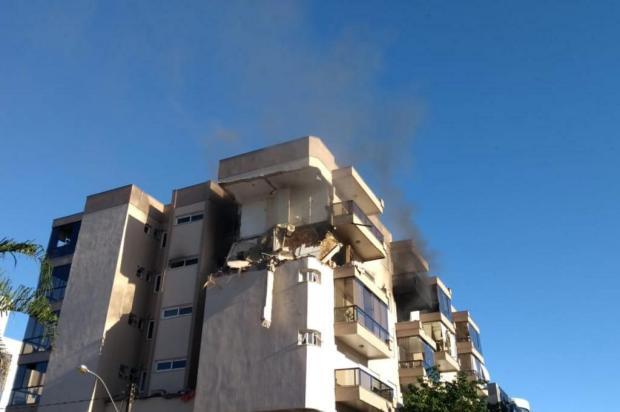 Após incêndio, bombeiros resgatam moradores em prédio de Farroupilha Claudia Soares/divulgação