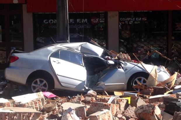 """O carro não interessa, o que vale é a vida"", diz dono de Corolla destruído por escombros Felipe Nyland/Agencia RBS"