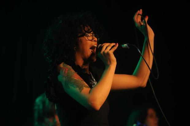 Etiene Nadine encarna Amy Winehouse em show em Caxias Diogo Sallaberry/Agencia RBS
