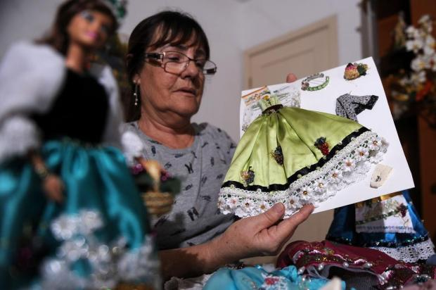 Aposentada cria vestidos de boneca inspirados nos trajes das Soberanas da Festa da Uva Marcelo Casagrande/Agencia RBS