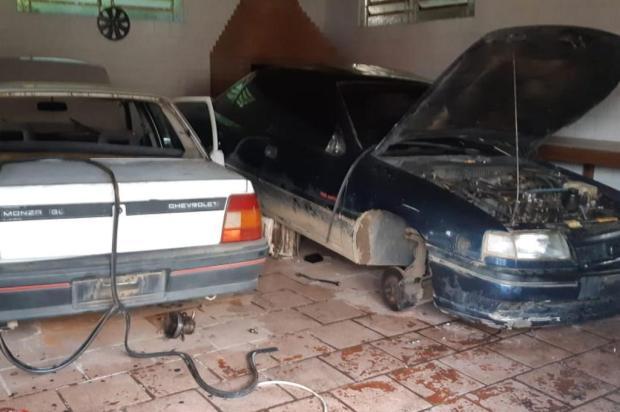 Dois homens são detidos quando faziam desmanche de veículos em Farroupilha BM/Divulgação