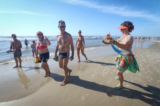 """""""Artivista"""" faz intervenções culturais na beira da praia para ensinar sobre coleta seletiva Isadora Neumann / Agência RBS/Agência RBS"""