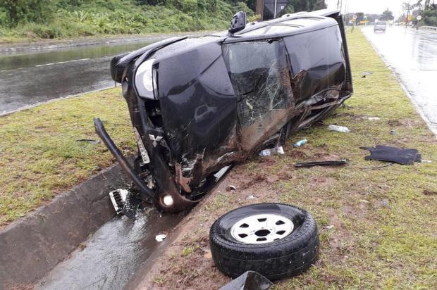 Carro capota na ERS-122 em Caxias do Sul Rafael Rinaldi/Agencia RBS