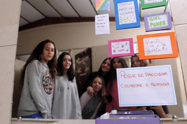 Estudantes Disponibilizam Caixa Com Absorventes Em Escola De