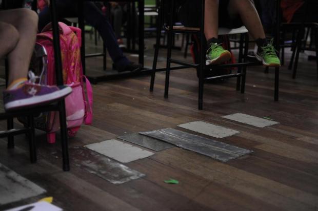 Laurindo Luiz Formolo tem latas cobrindo buracos nas paredes e no assoalho Marcelo Casagrande/Agencia RBS